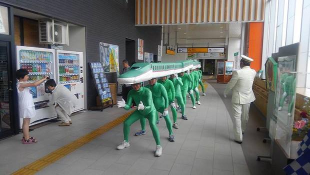 Những người đàn ông này không bị dở hơi, họ cosplay đoàn tàu siêu tốc của Nhật vì lý do cực kỳ nhân văn - Ảnh 3.
