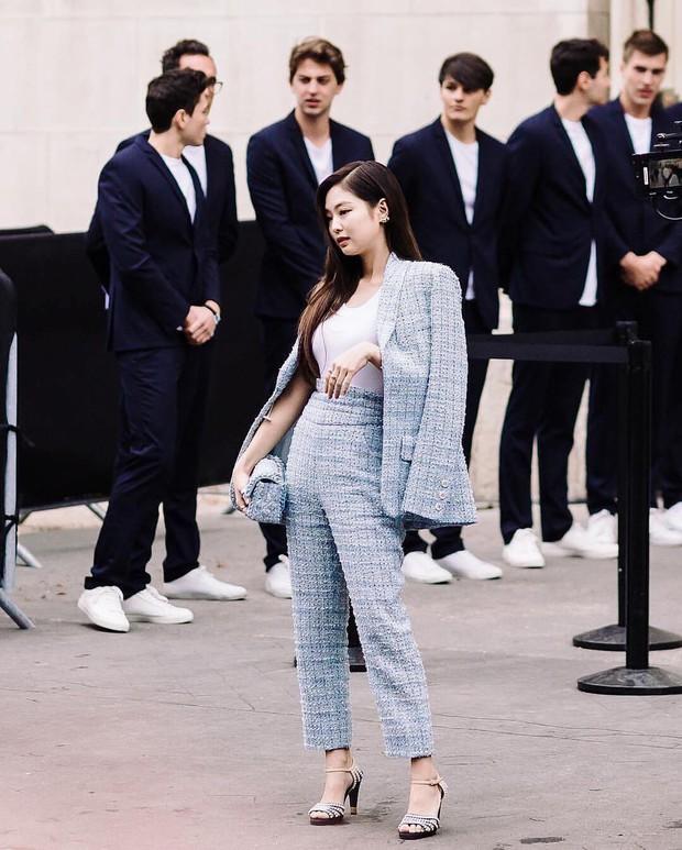 SFW ngày 2: Không rõ hữu ý hay vô tình, Phí Phương Anh đụng nguyên bộ Chanel với Jennie (BLACK PINK) - Ảnh 3.