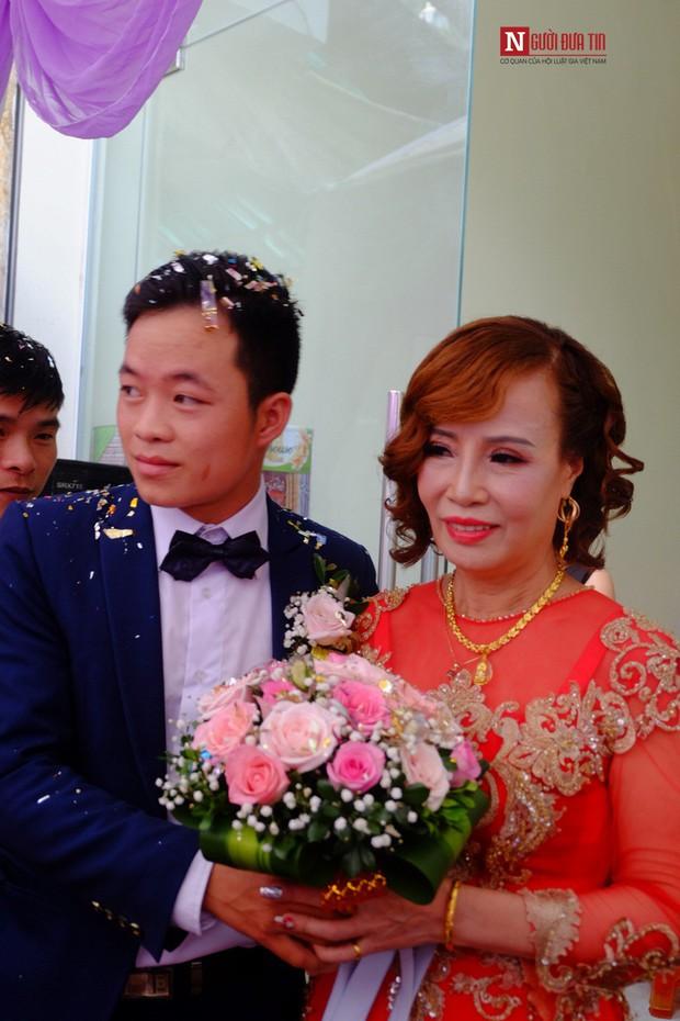 Chú rể 26 lấy vợ 62 tuổi: Lấy vợ xong, bị nhiều người gọi là mắt lươn nên đi nhấn mí - Ảnh 1.