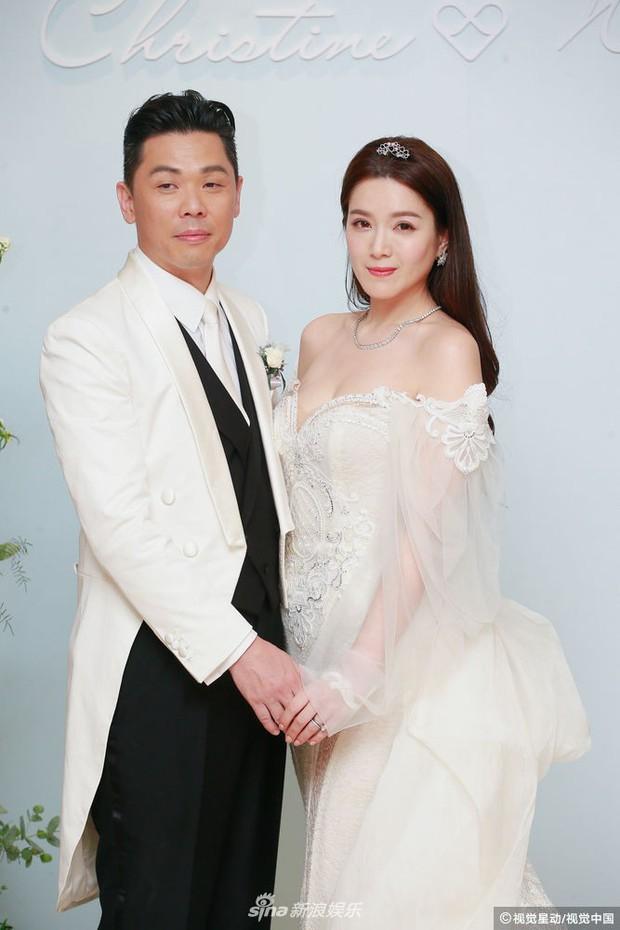 Hoa hậu ân ái trong ô tô tổ chức đám cưới đổi đời với đại gia Hong Kong, đeo nhẫn kim cương 5 tỷ trên tay - Ảnh 1.
