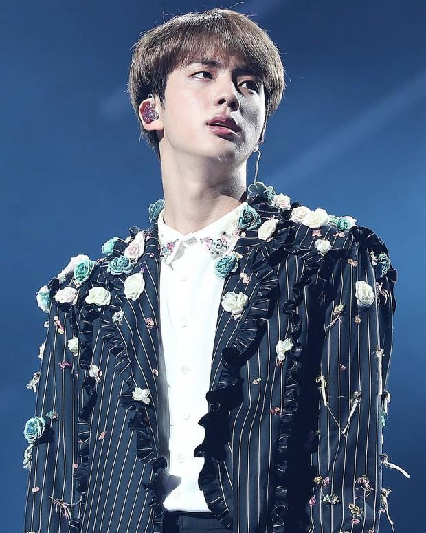 Xem xong fancam này, còn ai dám bảo Jin là thành viên bất tài của BTS? - Ảnh 2.
