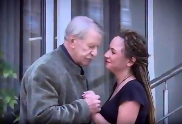 Tài tử 87 tuổi tìm bồ mới sau khi bị vợ trẻ từ chối ân ái, khiến cho hai người đẹp đánh nhau bầm mặt - Ảnh 1.