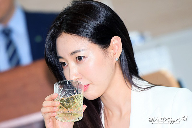 Màn đọ sắc hiếm hoi của 3 đại mỹ nhân: Jeon Ji Hyun lộ chân xương xẩu, Kim Hee Sun quá đẹp bên Hoa hậu ngực khủng - Ảnh 18.