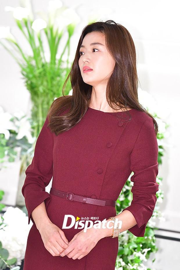 Màn đọ sắc hiếm hoi của 3 đại mỹ nhân: Jeon Ji Hyun lộ chân xương xẩu, Kim Hee Sun quá đẹp bên Hoa hậu ngực khủng - Ảnh 4.