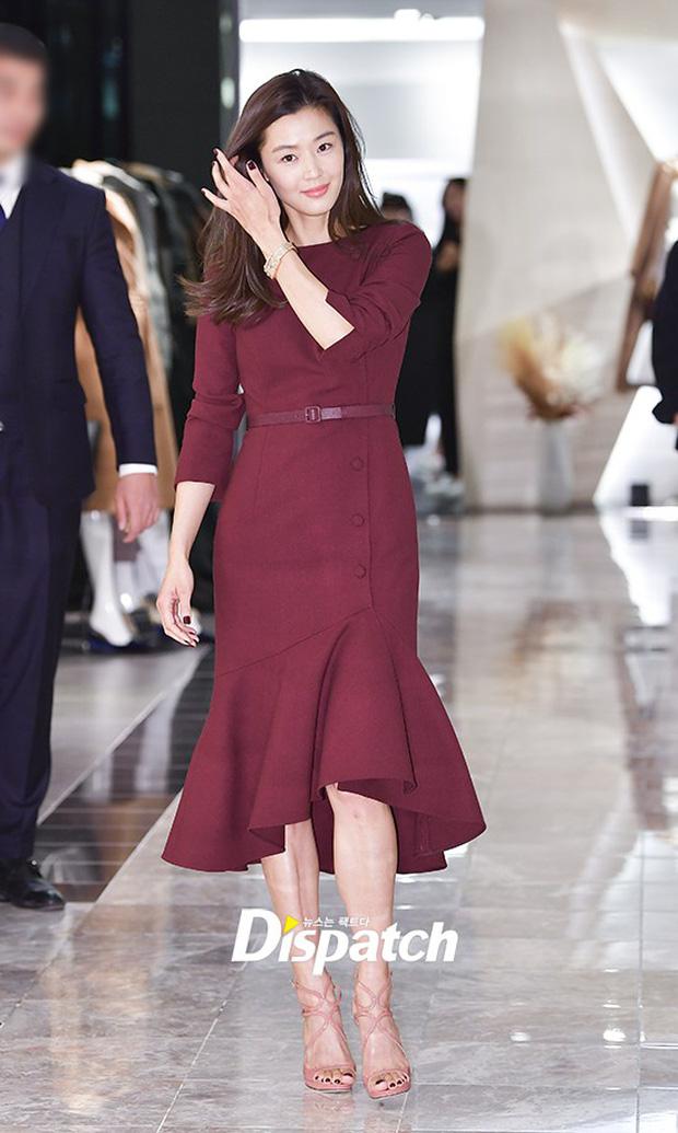 Màn đọ sắc hiếm hoi của 3 đại mỹ nhân: Jeon Ji Hyun lộ chân xương xẩu, Kim Hee Sun quá đẹp bên Hoa hậu ngực khủng - Ảnh 1.