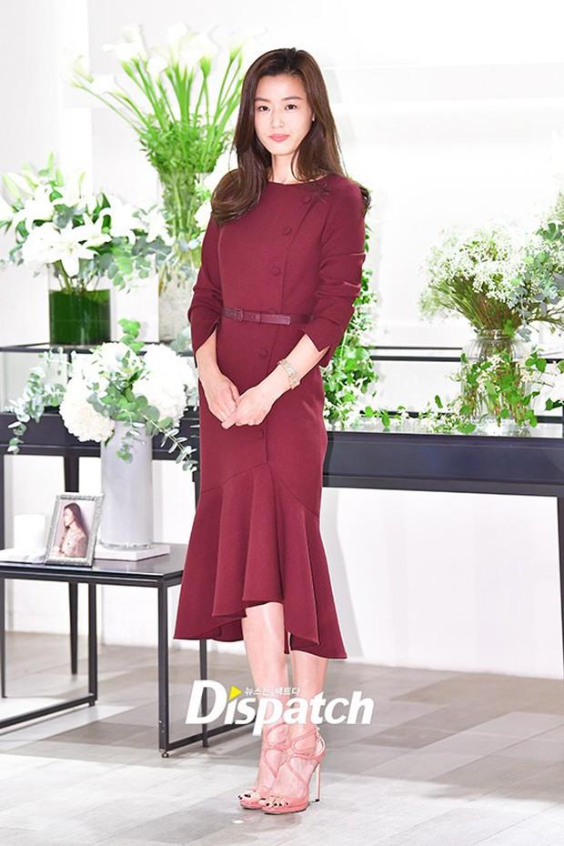 Màn đọ sắc hiếm hoi của 3 đại mỹ nhân: Jeon Ji Hyun lộ chân xương xẩu, Kim Hee Sun quá đẹp bên Hoa hậu ngực khủng - Ảnh 2.