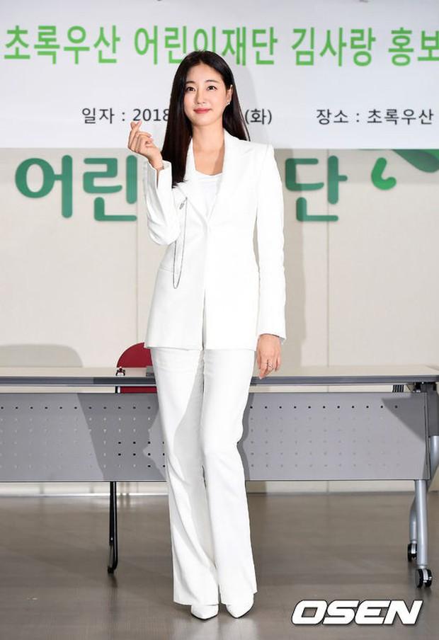 Màn đọ sắc hiếm hoi của 3 đại mỹ nhân: Jeon Ji Hyun lộ chân xương xẩu, Kim Hee Sun quá đẹp bên Hoa hậu ngực khủng - Ảnh 12.
