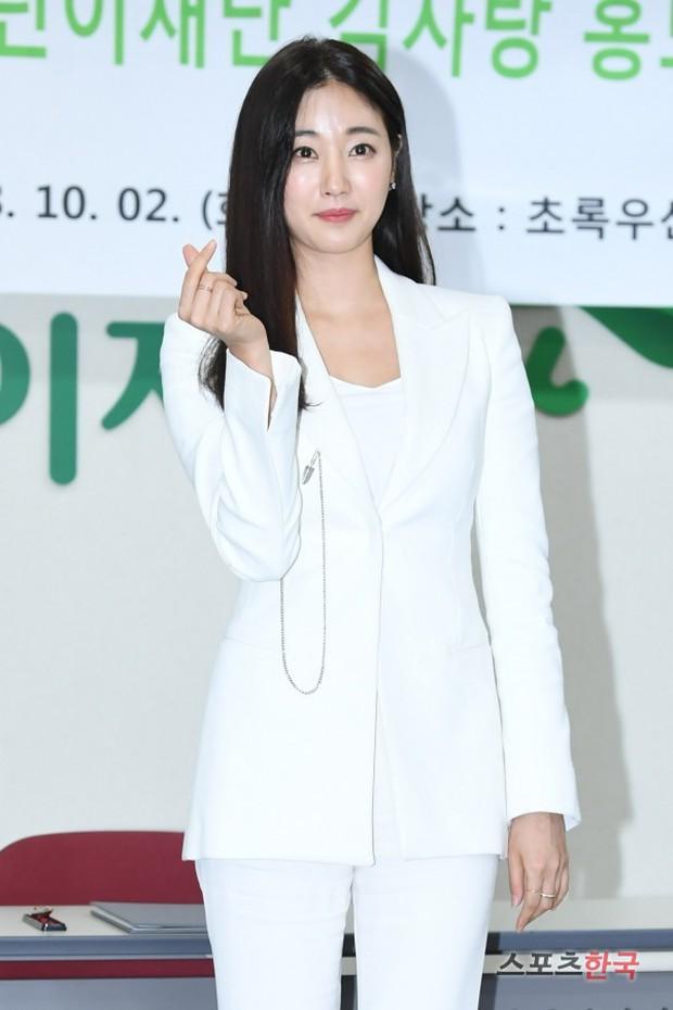 Màn đọ sắc hiếm hoi của 3 đại mỹ nhân: Jeon Ji Hyun lộ chân xương xẩu, Kim Hee Sun quá đẹp bên Hoa hậu ngực khủng - Ảnh 14.