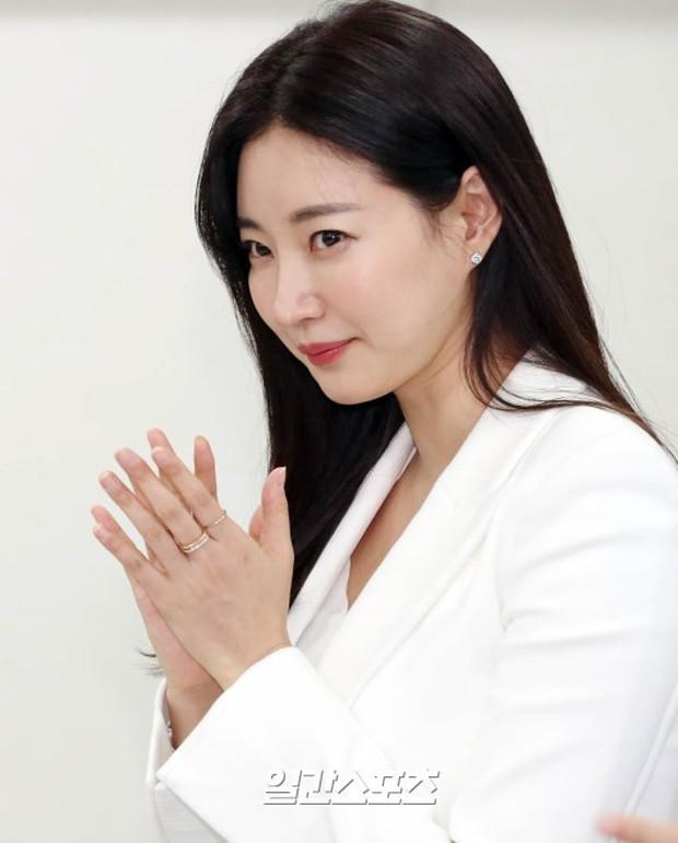 Màn đọ sắc hiếm hoi của 3 đại mỹ nhân: Jeon Ji Hyun lộ chân xương xẩu, Kim Hee Sun quá đẹp bên Hoa hậu ngực khủng - Ảnh 17.