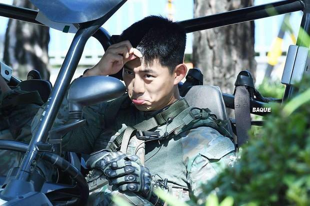 Hàng nghìn người đang phát sốt vì nam idol tập quân sự thôi mà đẹp thần thánh như quay phim Hậu duệ mặt trời - Ảnh 13.