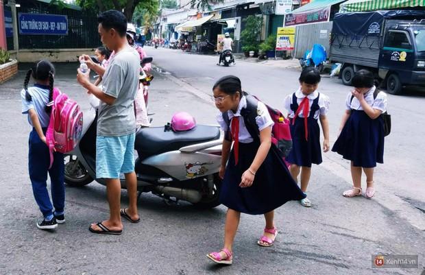 Đình chỉ công tác thầy giáo ở Sài Gòn tát và đá học sinh lớp 5, xem xét trách nhiệm Ban giám hiệu trường - Ảnh 1.