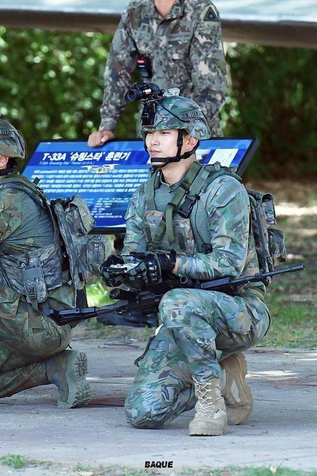 Hàng nghìn người đang phát sốt vì nam idol tập quân sự thôi mà đẹp thần thánh như quay phim Hậu duệ mặt trời - Ảnh 2.