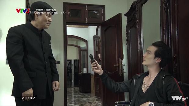 Cảnh lật mặt, dùng dao uy hiếp rồi cướp Quỳnh Búp Bê khỏi tay Phong Cấn - Ảnh 1.