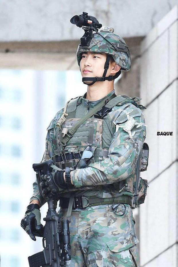 Hàng nghìn người đang phát sốt vì nam idol tập quân sự thôi mà đẹp thần thánh như quay phim Hậu duệ mặt trời - Ảnh 10.