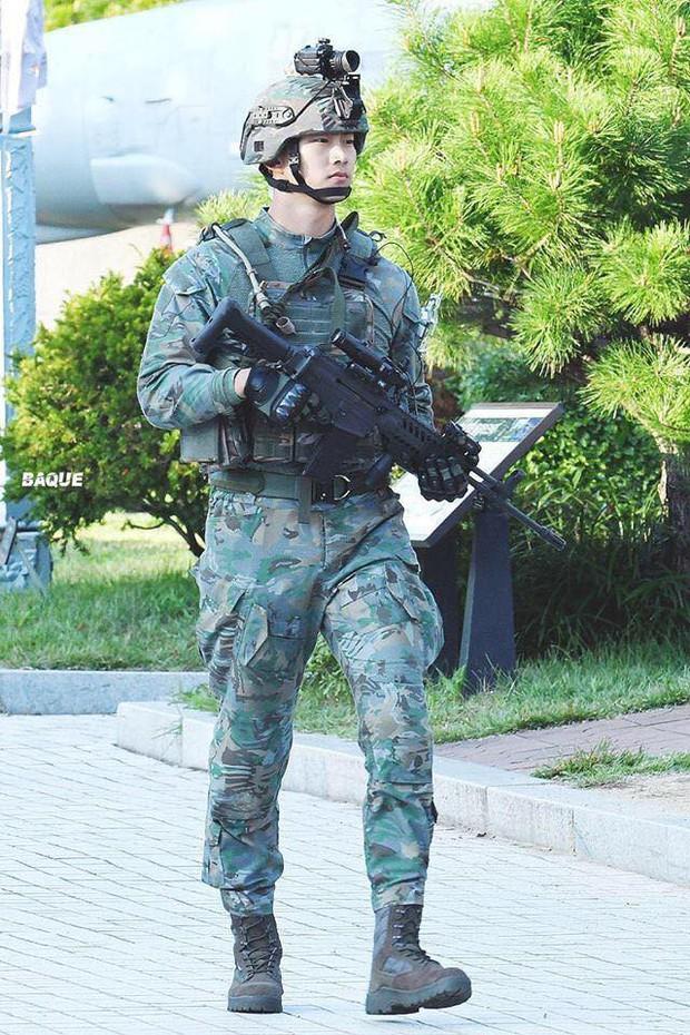 Hàng nghìn người đang phát sốt vì nam idol tập quân sự thôi mà đẹp thần thánh như quay phim Hậu duệ mặt trời - Ảnh 1.