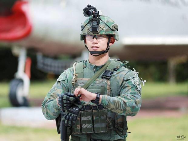 Hàng nghìn người đang phát sốt vì nam idol tập quân sự thôi mà đẹp thần thánh như quay phim Hậu duệ mặt trời - Ảnh 11.
