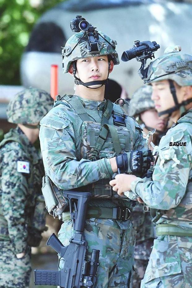 Hàng nghìn người đang phát sốt vì nam idol tập quân sự thôi mà đẹp thần thánh như quay phim Hậu duệ mặt trời - Ảnh 9.
