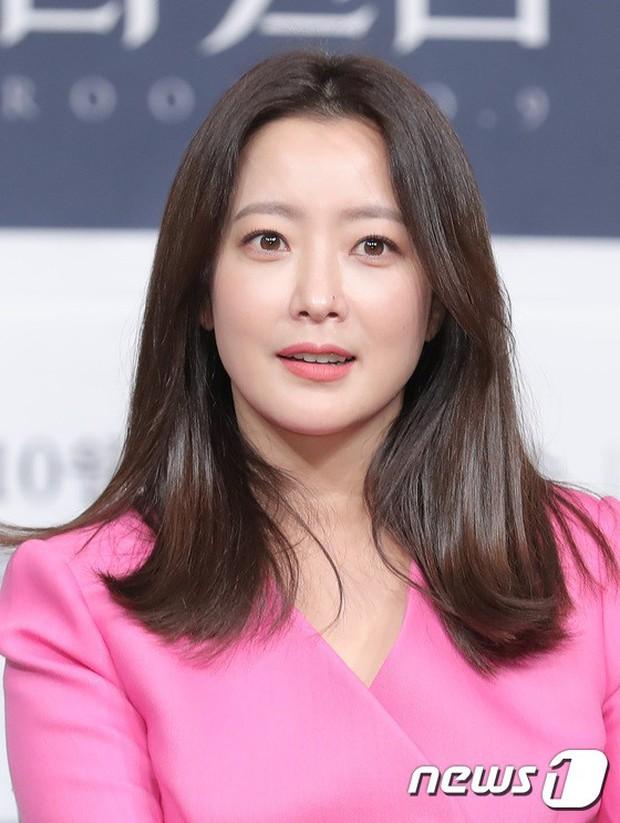 Màn đọ sắc hiếm hoi của 3 đại mỹ nhân: Jeon Ji Hyun lộ chân xương xẩu, Kim Hee Sun quá đẹp bên Hoa hậu ngực khủng - Ảnh 10.