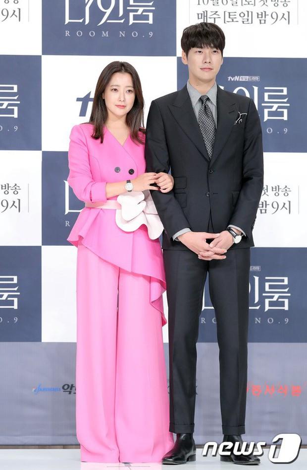 Màn đọ sắc hiếm hoi của 3 đại mỹ nhân: Jeon Ji Hyun lộ chân xương xẩu, Kim Hee Sun quá đẹp bên Hoa hậu ngực khủng - Ảnh 6.