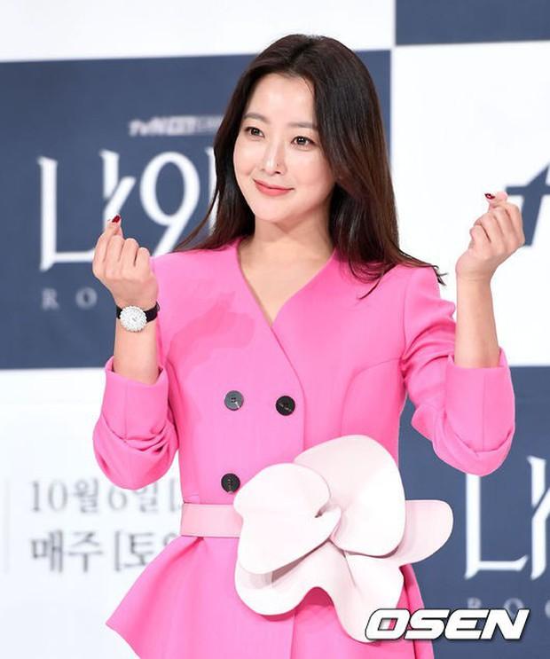 Màn đọ sắc hiếm hoi của 3 đại mỹ nhân: Jeon Ji Hyun lộ chân xương xẩu, Kim Hee Sun quá đẹp bên Hoa hậu ngực khủng - Ảnh 9.