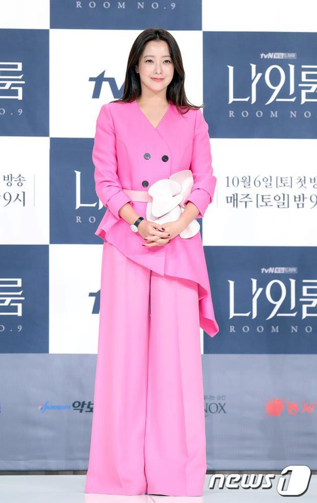 Màn đọ sắc hiếm hoi của 3 đại mỹ nhân: Jeon Ji Hyun lộ chân xương xẩu, Kim Hee Sun quá đẹp bên Hoa hậu ngực khủng - Ảnh 7.