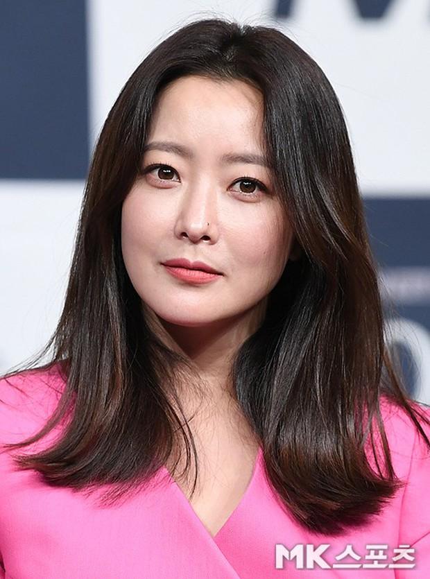 Màn đọ sắc hiếm hoi của 3 đại mỹ nhân: Jeon Ji Hyun lộ chân xương xẩu, Kim Hee Sun quá đẹp bên Hoa hậu ngực khủng - Ảnh 11.