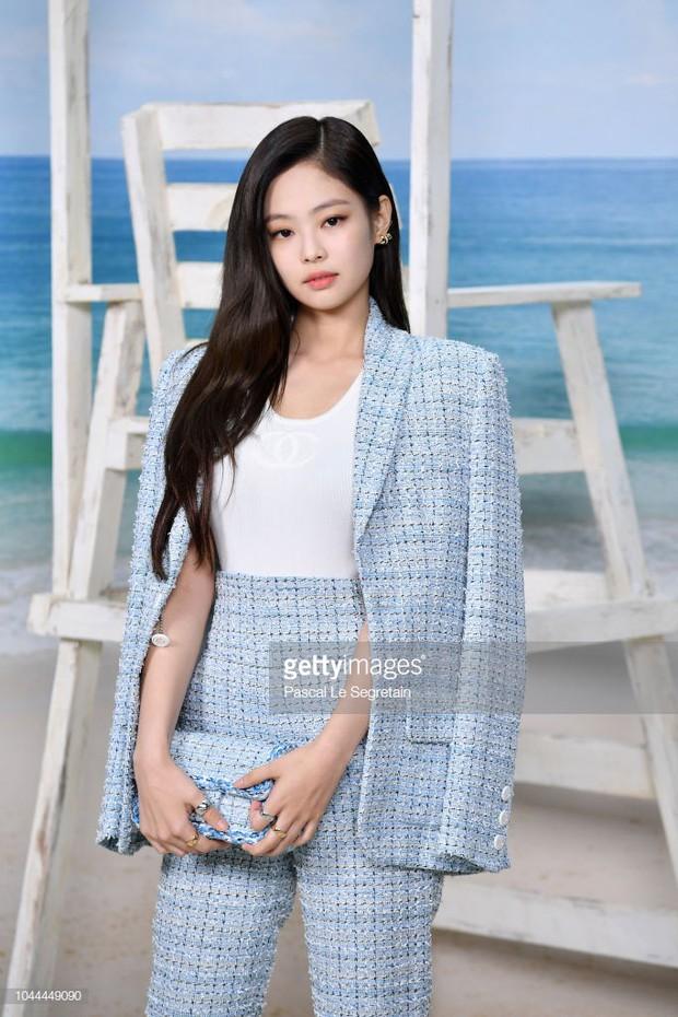 Jennie (Black Pink) mặc như cô công sở nhưng vẫn khí chất, lấn át người yêu tin đồn của G-Dragon tại show Chanel - Ảnh 2.