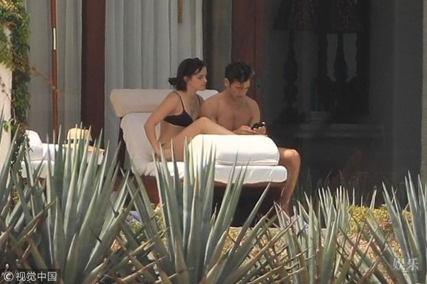 Loạt khoảnh khắc nóng bỏng khi Emma Watson mặc bikini ôm ấp giám đốc body 6 múi lực lưỡng - Ảnh 1.