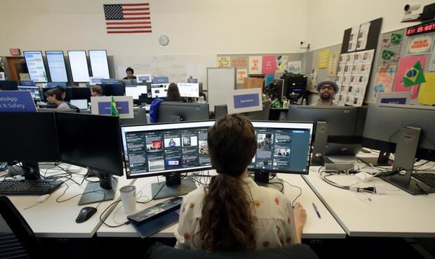 Cận cảnh bên trong Phòng chiến sự của Facebook: Mặt trận hùng hậu đương đầu với nạn tin giả mạo hoành hành - Ảnh 11.