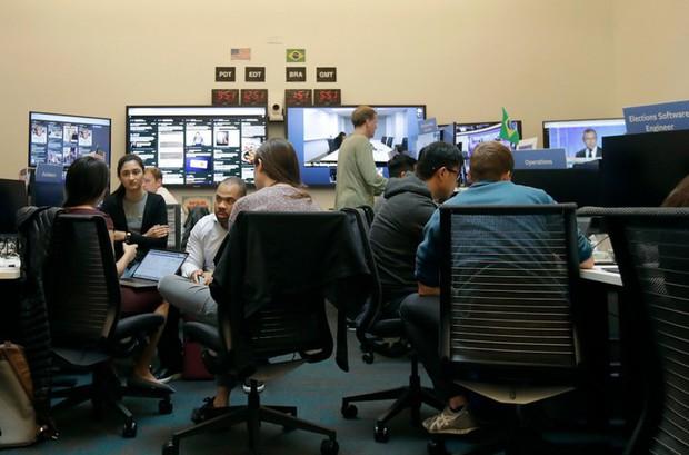 Cận cảnh bên trong Phòng chiến sự của Facebook: Mặt trận hùng hậu đương đầu với nạn tin giả mạo hoành hành - Ảnh 15.