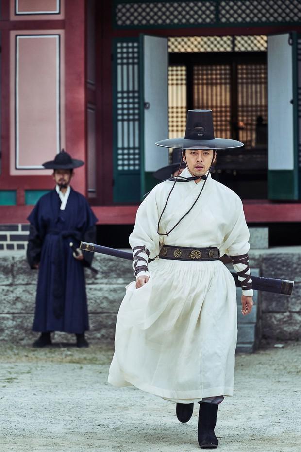 Chỉ được giới phê bình chấm 5/10 điểm, Train to Busan bản cổ trang có thoát lời nguyền bom xịt? - Ảnh 2.