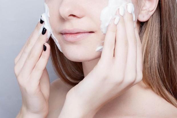 Những thói quen tưởng chừng vô hại nhưng lại khiến quá trình dưỡng da của bạn trở thành công cốc - Ảnh 3.