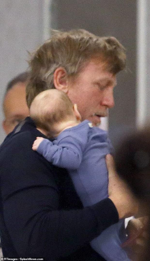 50 tuổi còn phải chăm con mới sinh, Điệp viên 007 phong độ ngày nào giờ phờ phạc, tiều tụy khó nhận ra - Ảnh 3.