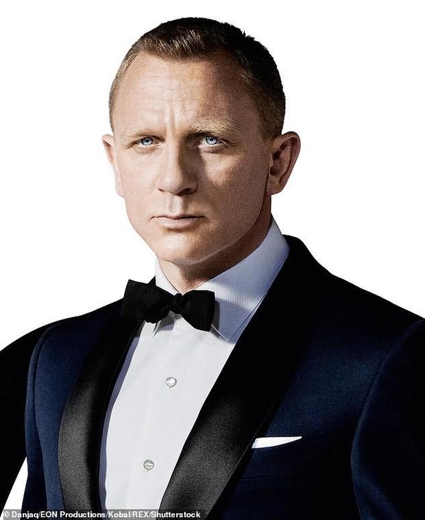 50 tuổi còn phải chăm con mới sinh, Điệp viên 007 phong độ ngày nào giờ phờ phạc, tiều tụy khó nhận ra - Ảnh 2.