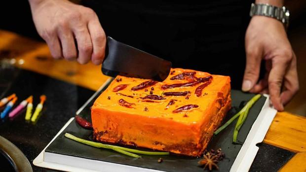 Ai mà ngờ chiếc bánh sinh nhật khiến nhiều người khóc ròng khi thưởng thức lại đang là mốt ở Trung Quốc - Ảnh 1.