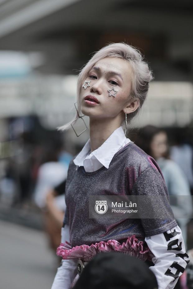 Đặc sản của street style VIFW 2018 ngày 2: các bạn trẻ ăn mặc và makeup lồng lộn không ngại nắng nóng - Ảnh 7.