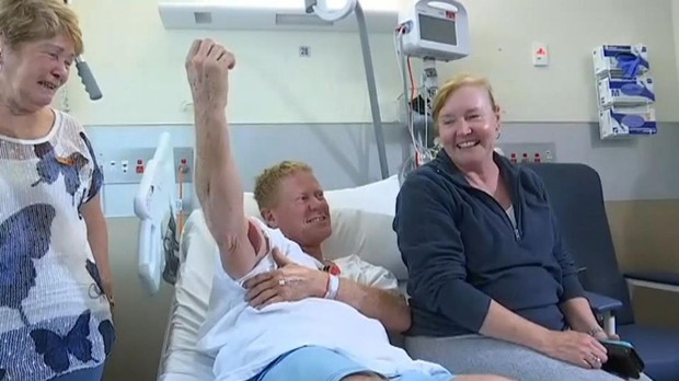Úc: Tấn công người đang lướt ván, cá mập bị chú trung niên đấm lên bờ xuống ruộng - Ảnh 1.