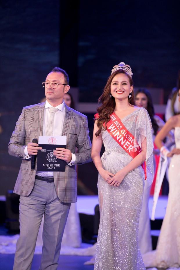 Không phải đương kim Hoa hậu Khánh Ngân, người trao vương miện trong chung kết Miss Globe là nhân viên sân khấu - Ảnh 1.