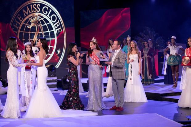 Không phải đương kim Hoa hậu Khánh Ngân, người trao vương miện trong chung kết Miss Globe là nhân viên sân khấu - Ảnh 2.