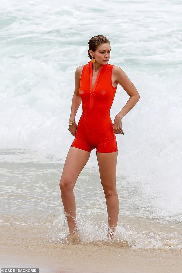 Gigi Hadid hớ hênh nhũ hoa lấp ló khi diện đồ ướt sũng tạo dáng trên bãi biển - Ảnh 11.