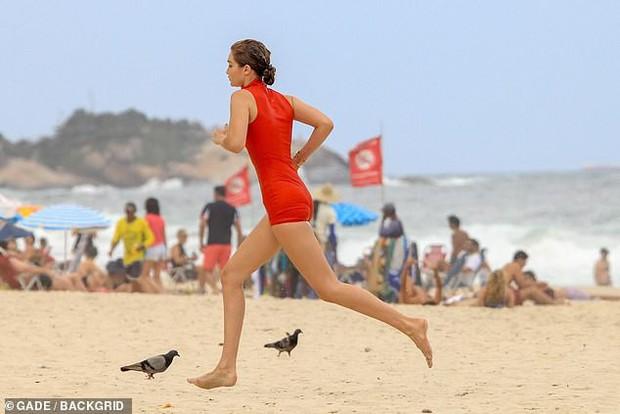 Gigi Hadid hớ hênh nhũ hoa lấp ló khi diện đồ ướt sũng tạo dáng trên bãi biển - Ảnh 13.