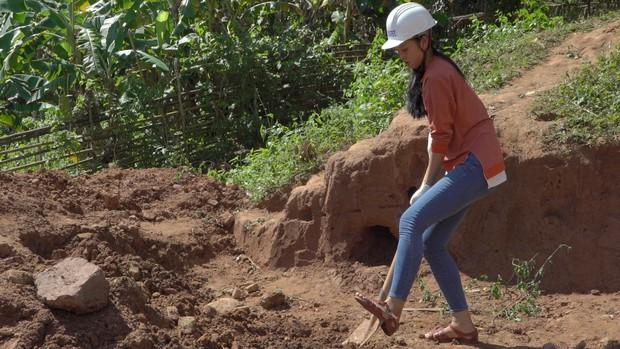 Hoa hậu Tiểu Vy để mặt mộc, ướt đẫm mồ hôi vì đẩy xe đất, đào giếng cho bà con Bản Nịu - Ảnh 2.