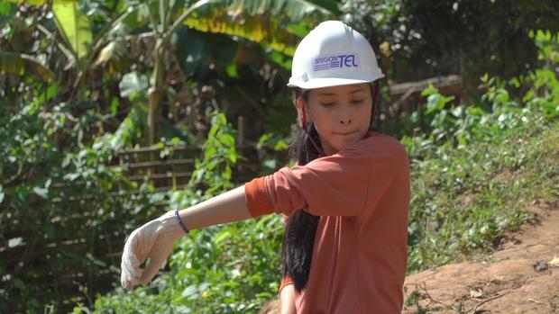 Hoa hậu Tiểu Vy để mặt mộc, ướt đẫm mồ hôi vì đẩy xe đất, đào giếng cho bà con Bản Nịu - Ảnh 3.