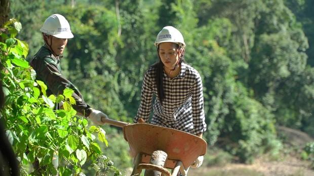 Hoa hậu Tiểu Vy để mặt mộc, ướt đẫm mồ hôi vì đẩy xe đất, đào giếng cho bà con Bản Nịu - Ảnh 4.