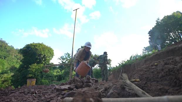 Hoa hậu Tiểu Vy để mặt mộc, ướt đẫm mồ hôi vì đẩy xe đất, đào giếng cho bà con Bản Nịu - Ảnh 5.