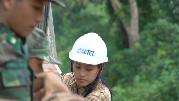 Hoa hậu Tiểu Vy để mặt mộc, ướt đẫm mồ hôi vì đẩy xe đất, đào giếng cho bà con Bản Nịu - Ảnh 6.