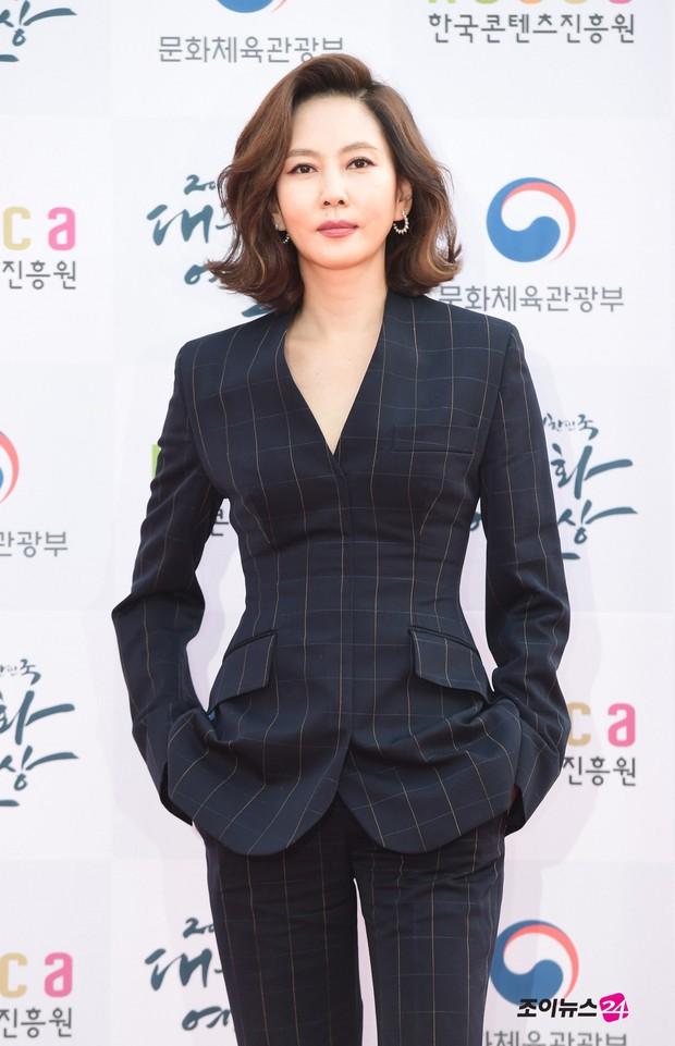 Thảm đỏ gây tranh cãi nhất hôm nay: Red Velvet bị ném đá vì sexy quá đà, Son Ye Jin và BTS giản dị vẫn quá nổi - Ảnh 22.