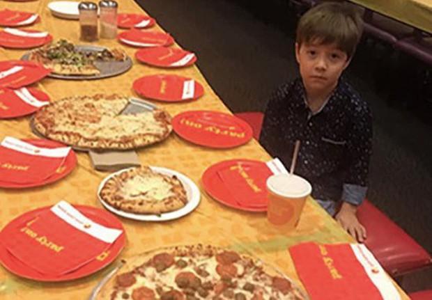 Dân mạng đòi tới sinh nhật của bé trai 6 tuổi sau khi cậu mời 32 bạn cùng lớp nhưng không ai xuất hiện - Ảnh 1.