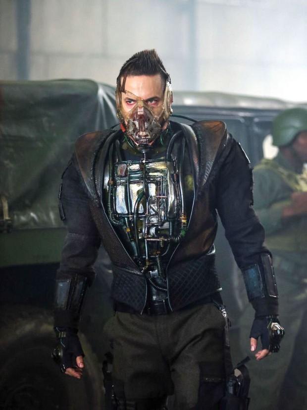 Tạo hình ác nhân Bane bản truyền hình bị chê kém sang, thua xa Tom Hardy của The Dark Knight Rises - Ảnh 1.