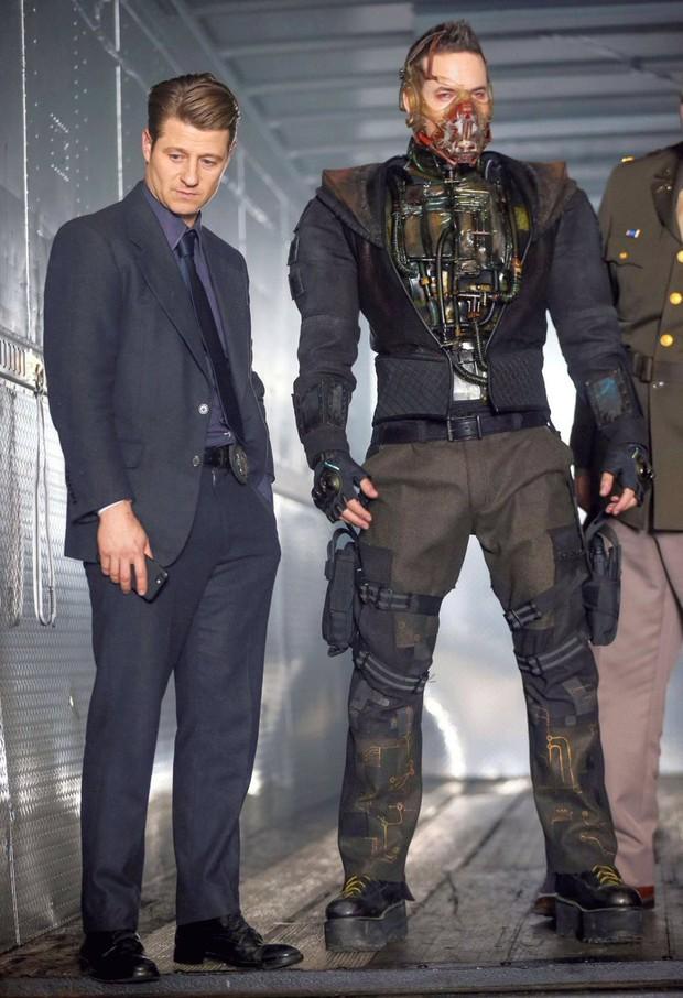 Tạo hình ác nhân Bane bản truyền hình bị chê kém sang, thua xa Tom Hardy của The Dark Knight Rises - Ảnh 4.